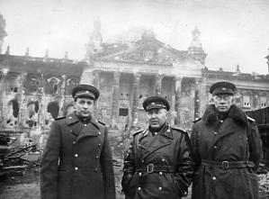 Кузнецов В.И. - в центре. Берлин. 1945. РГАКФД_0-286749 чб