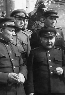 Кузнецов В.И. с группой офицеров. Май 1945. РГАКФД_ 0-312383 чб
