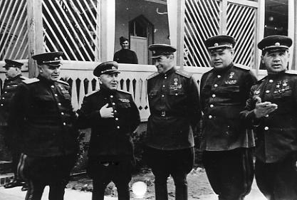 Кузнецов В.И. - второй слева. Берлин. 1945. РГАКФД_1-105170 чб